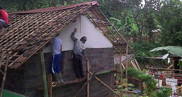 Alhamdulillah, 14 Rumah Tak Layak Huni di Pancoran Mas Diperbaiki