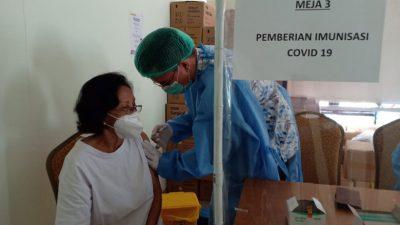 Puluhan Lansia Depok Jaya Ikuti Vaksinasi Dosis Pertama