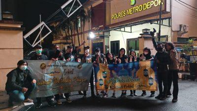 Pokja dan Goklat Berbagi Takjil ke Pengendara Jalan Margonda Raya Depok