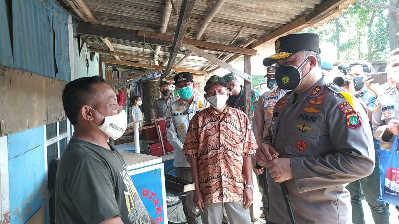 Kapolda Metro Jaya memberikan bantuan pada warga Depok