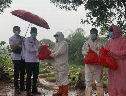 Wakil Wali Kota Depok Imam Budi Hartono memberikan bantuan sembako kepada pengurus makam TPU Tapos. (ist)