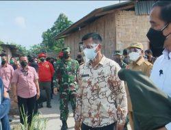 Tinjau Vaksinasi di Sumut, Jokowi Berikan Jaketnya ke Warga